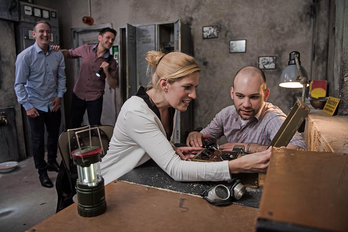 Kollegen spielen einen Escape Room