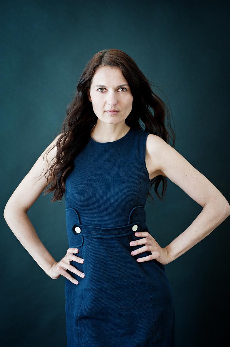 Portrait der Unternehmerin und Fotografin Theresia Pauls vor einem grünen Hintergrund