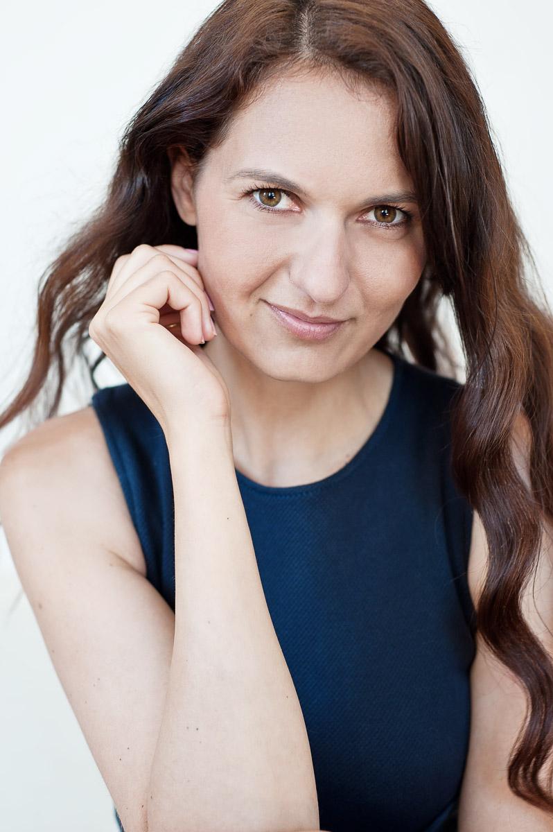 Portrait der Unternehmerin und Fotografin Theresia Pauls vor einem weißen Hintergrund