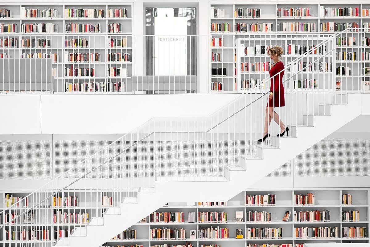 Olympiafechterin Monika Sozanska geht eine Treppe in der Stadtbibliothek Stuttgart hinab